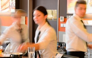 como lograr que los meseros piensen como tus clientes. Hostelería Ecuador. Consejos meseros